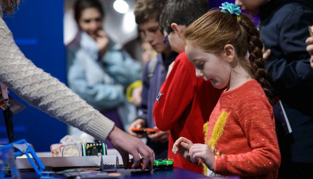 Osnovci u Srbiji stiču veštine za 21. vek: kritičko mišljenje i programiranje temelj savremenog obrazovanja